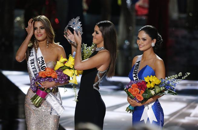 WATCH: Steve Harvey crowns the WRONG Miss Universe